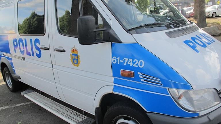 En polisbuss framifrån.