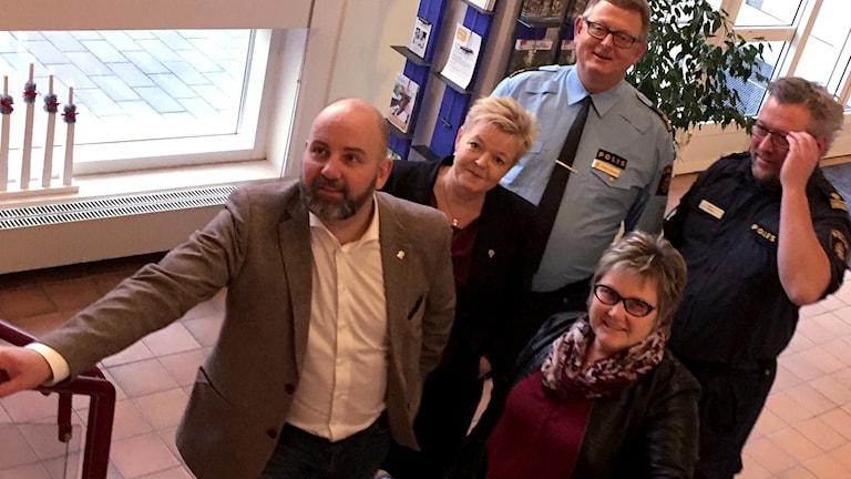 Kommunalråden Magnus Gunnarsson (M), Anne Karlsson (S) och Carina Bengtsson (C) samt polisområdeschef Anders Karlsson och polis Hans Sjöberg.