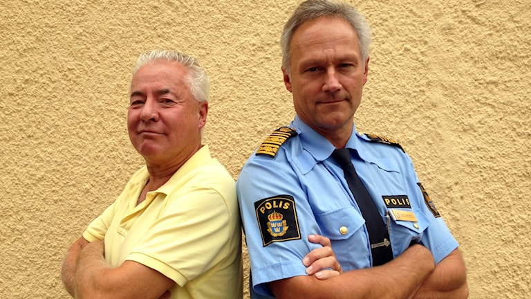 Bo Frank (m) och Jarl Holmström, biträdande polischef region Syd står rygg mot rygg framför en vägg.