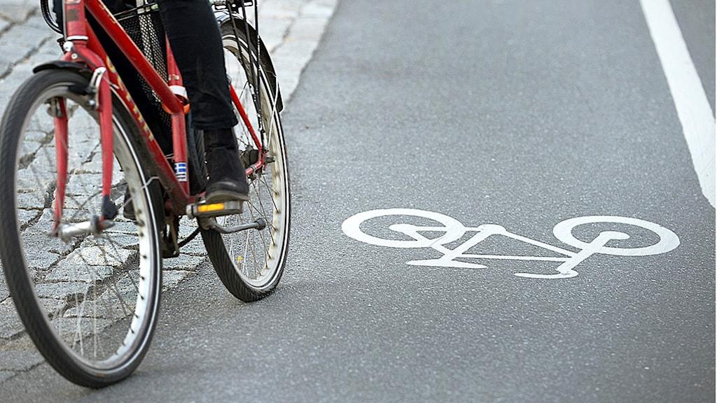 En röd cykel på en cykelbana.