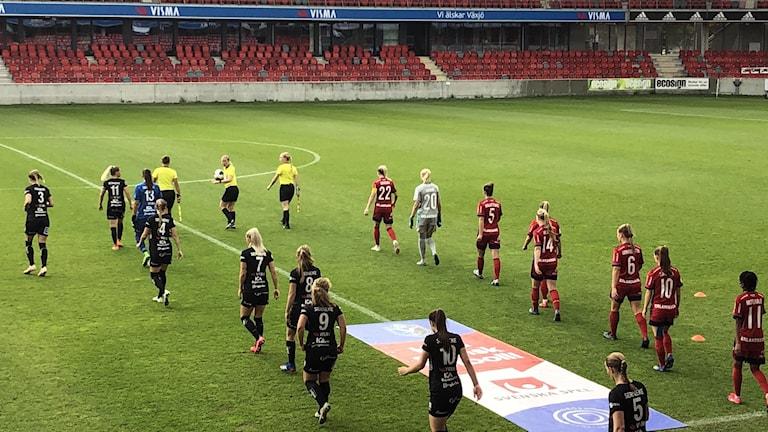 Fotbollsspelare på en fotbollsplan.