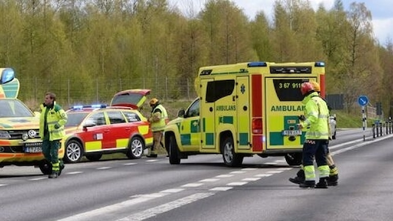 Räddningstjänst och ambulans på plats vid en olycka.