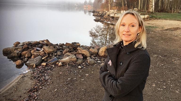 Eva Arnesson står vid en sjö