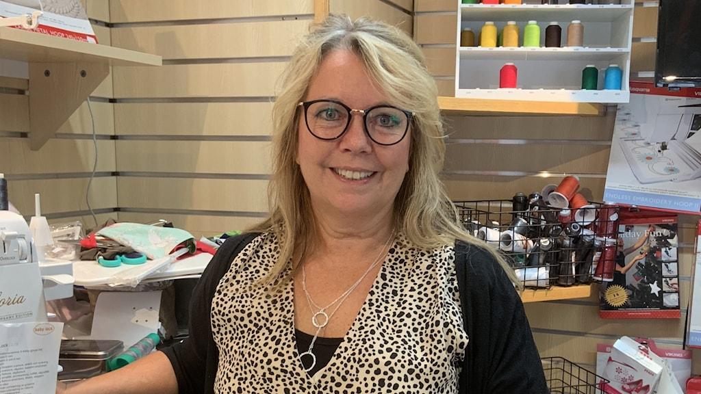 Kvinna i en symaskinsaffär