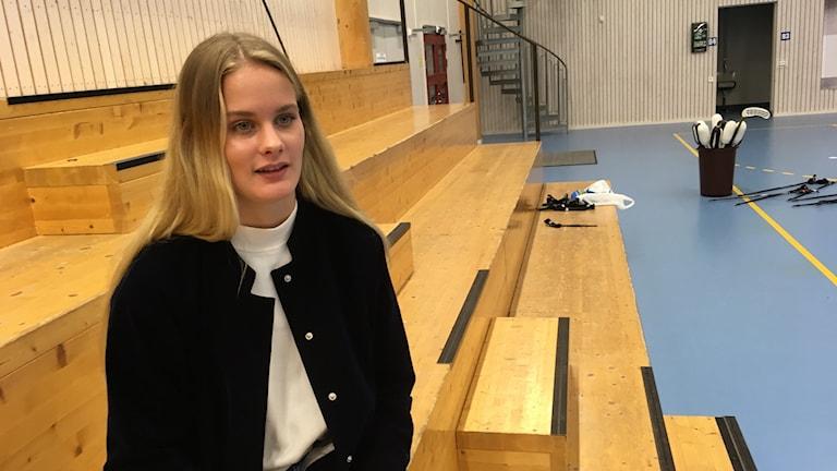 Annie Nordmark sitter på läktaren på Fortnox Arena