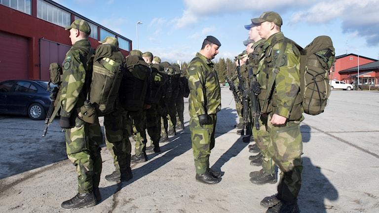 Skyttesoldater vid Ledningsregementet i Enköping under inspektion.
