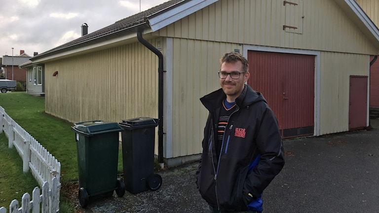 Samuel står framför ett av länets skyddsrum