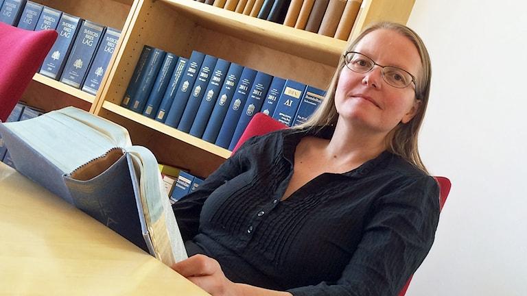 Åklagare Emma Berge sitter vid ett skrivbord.