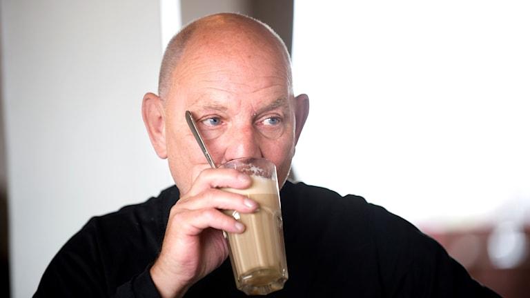 Lars Norén dricker kaffe