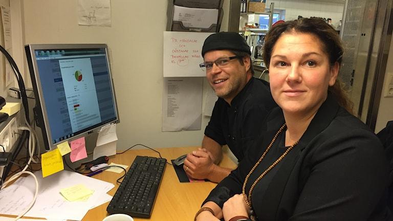Johanna Hjärtfors och Per Lindgren sitter framför en datorskärm