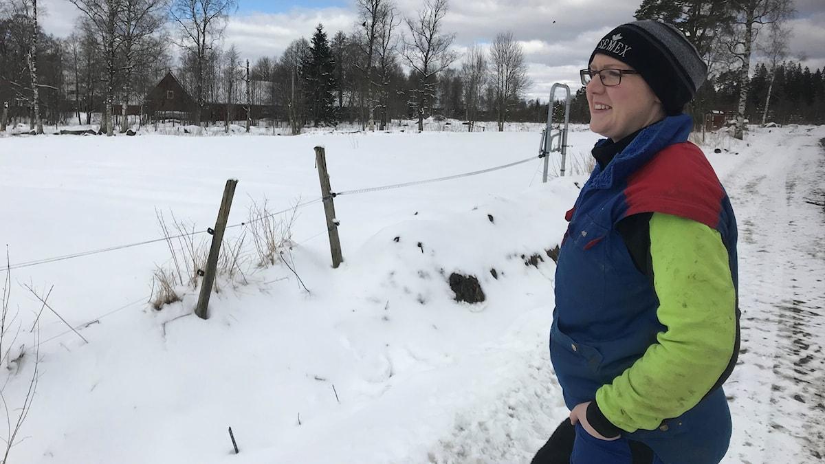 Malin Gustavsson tittar ut över de snötäckta åkrarna. Än får det vänta med vårsådden.