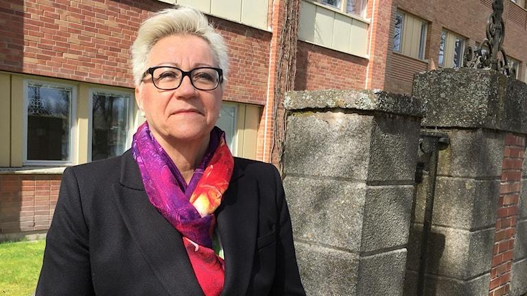 Annika Hull Laine, Centrumchef Region Kronoberg framför sjukhuset.