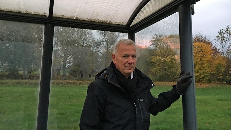 Tommy Andersson står i en busskur
