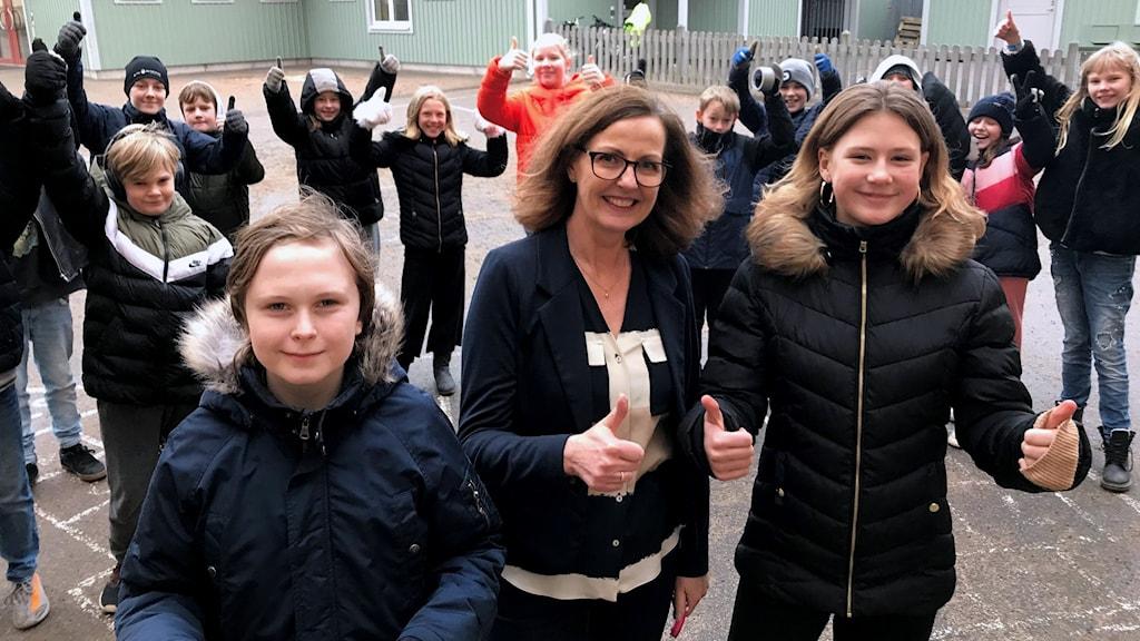 Bäckaslövskolan 5B står ute på skolgården.