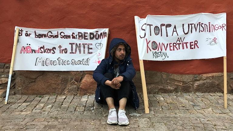 Jamshid Ahmadi, som själv fick uppehållstillstång i våras,  är den som organiserar protesten.