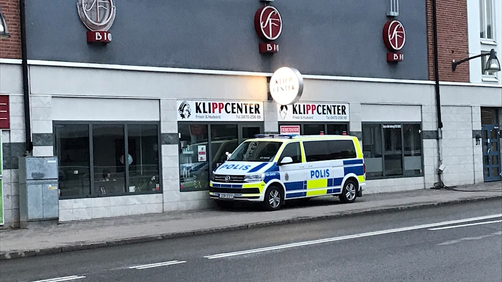 Polisbil utanför frisörsalong