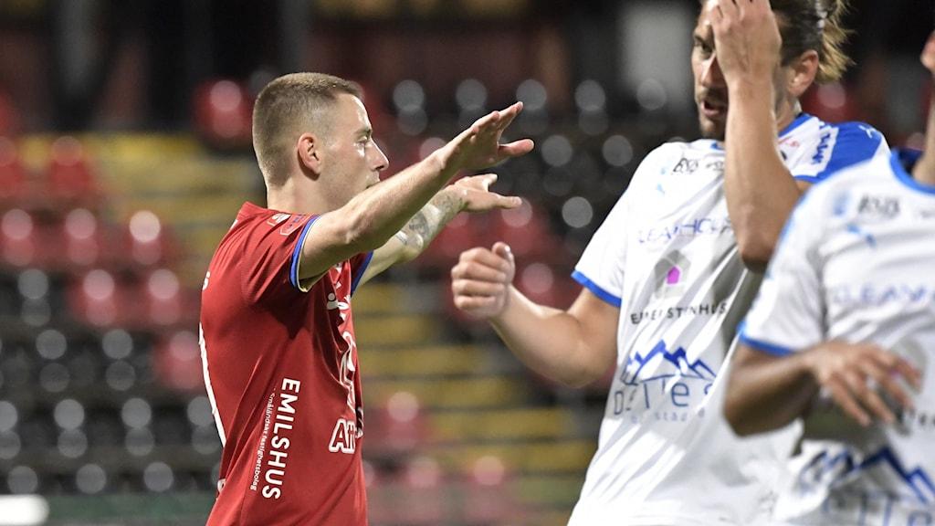 Petar Petrovic firar ett mål för Öster.