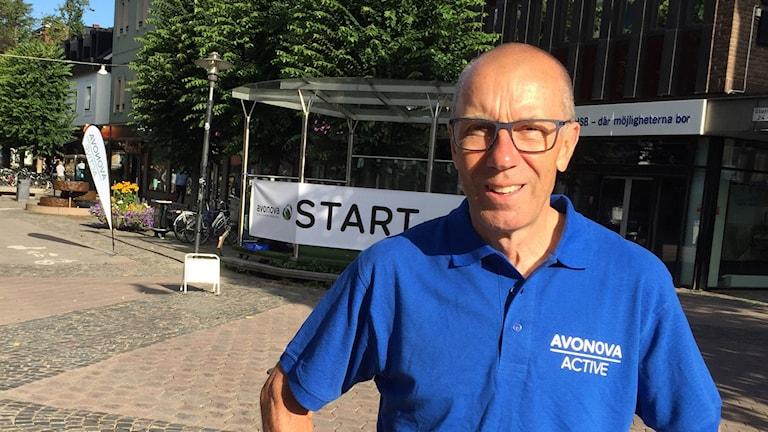 En man i blå tshirt och solglasögon står på Storgatan i Växjö.
