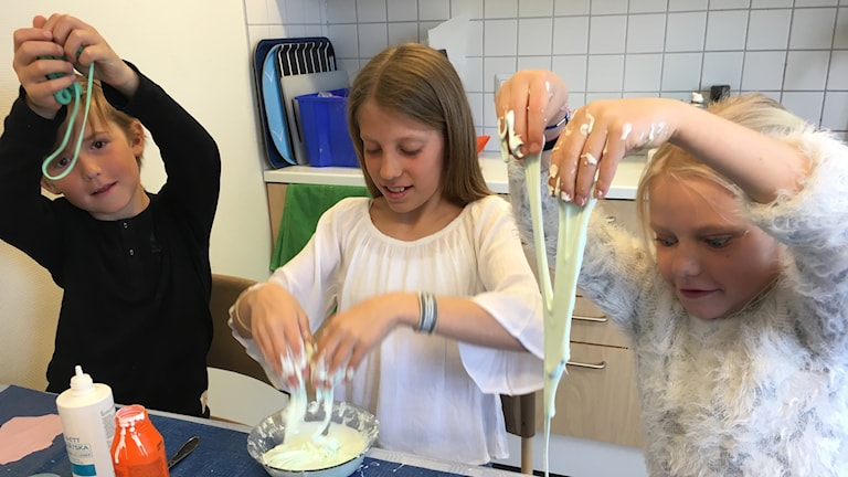 Gustav Björstrand, Hannah Möller och Lina Gustavsson gör slajm på Lillestadskolan i Växjö. Foto: Lars-Peter Hielle/Sveriges Radio