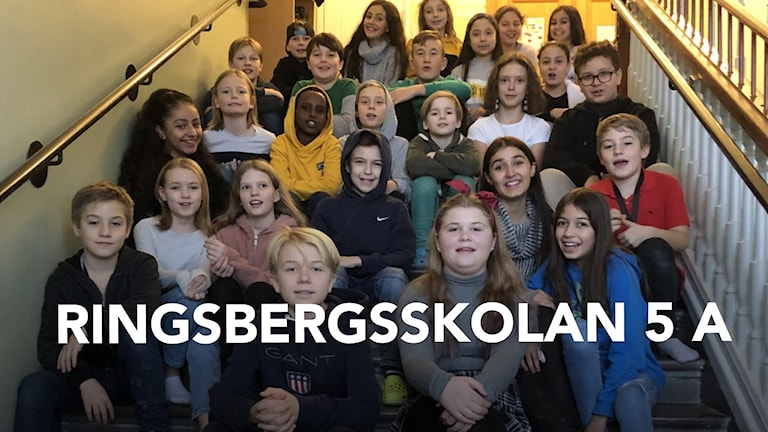 Ringsbergskolan 5 A sitter i trappuppgång.