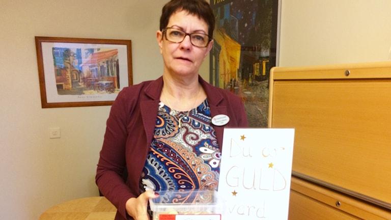 Anne-Lie visar upp uppmuntrangodis till lärarstudenter om att du är guld värd.