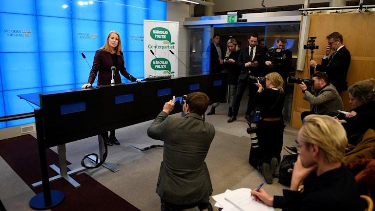 En presskonferens med mycket fotografer
