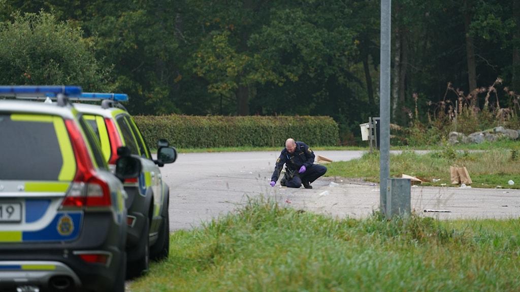 Polisen undersöker brottsplatsen där fem unga män misshandlades.
