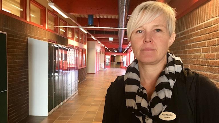 Åsa Mönster, skolkurator, står i en korridor på Teleborg Centrum- skolan.