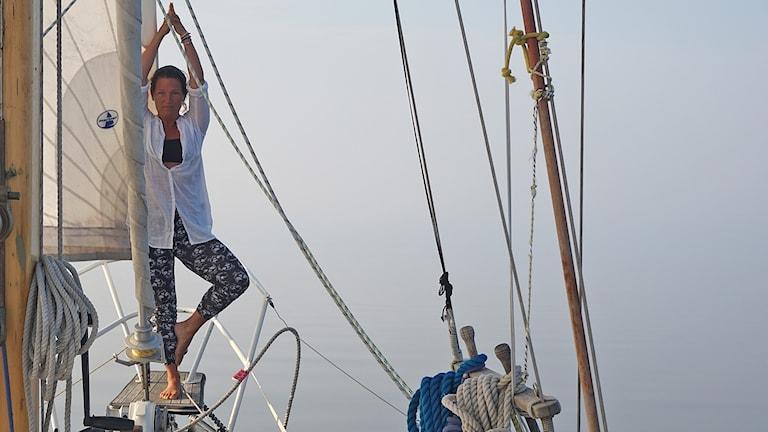 Susanna Lohm på sin segelbåt