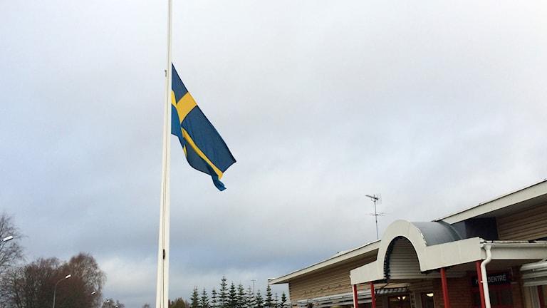 Svenska flaggan vajar på halv stånd utanför Allbo lärcenter i Alvesta.