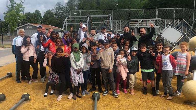 Många barn står samlade i araby i Växjö