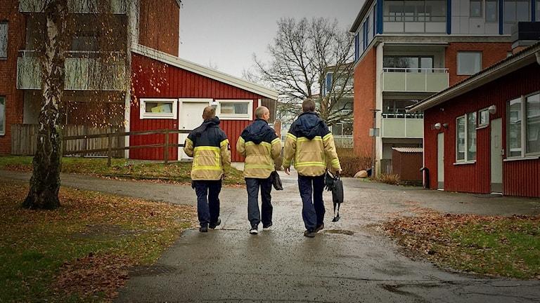 Tre personer från Värends räddningstjänst går på led