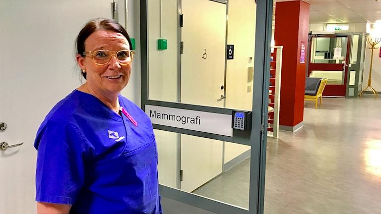 Lena Myrskog i en sjukhuskorridor