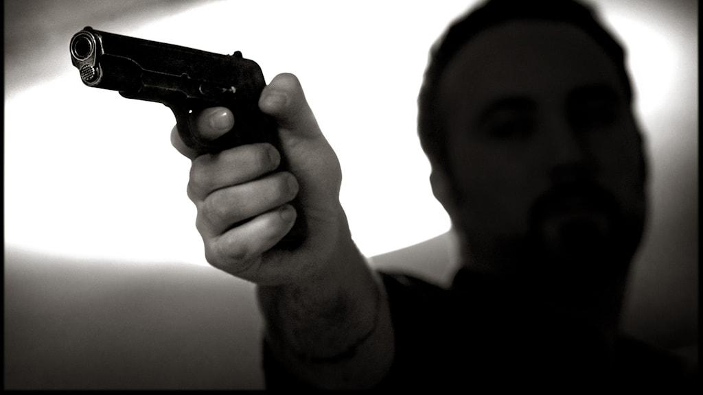 STOCKHOLM 20080129 Vapen, en hotfull man med pistol