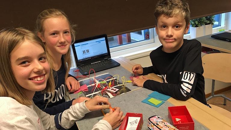 Eleverna Willa Bachstätter, Linnea Algotsson och Vedar Cikota i klass 5 på Lillestadsskolan.