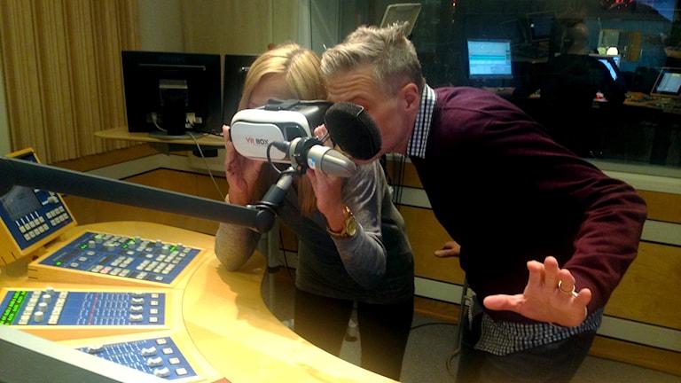Anne Marchal och Fredrik Ekdahl testar årets julklapp i studion.