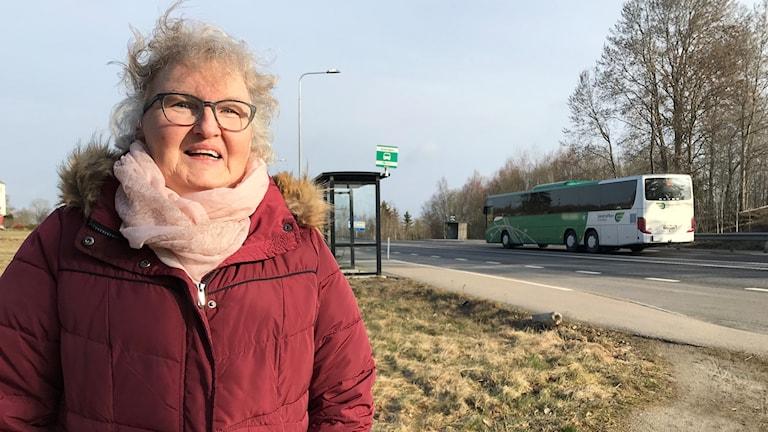 En kvinna vid en buss