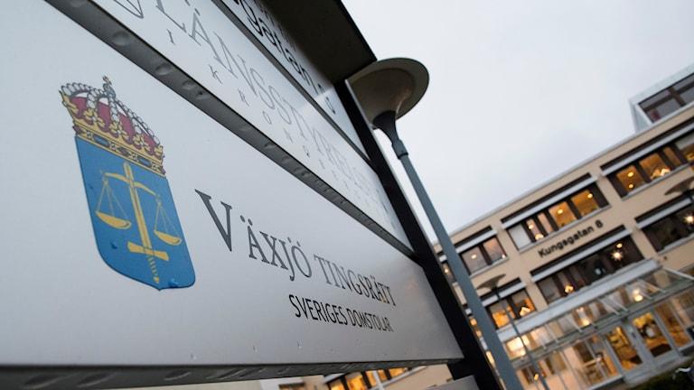"""En skylt med texten """"Växjö tingsrätt""""."""