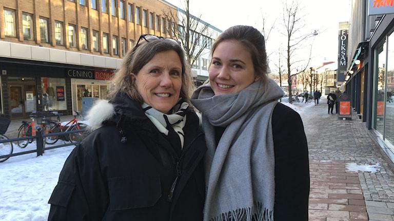Två kvinnor står bredvid varandra på Storgatan i Växjö