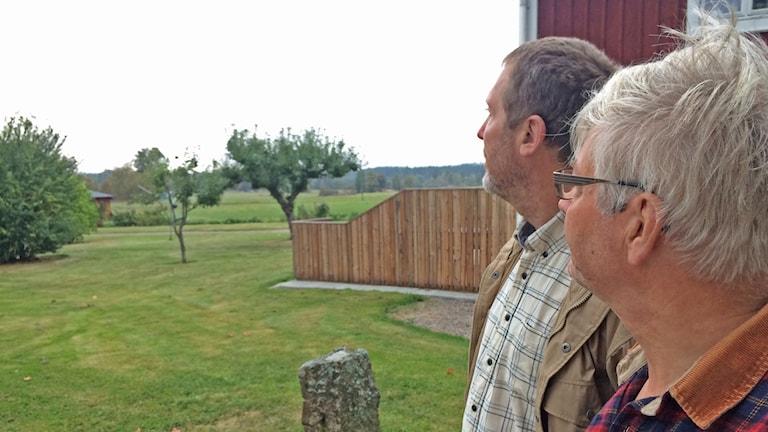 Magnus Johansson och Ove Svahn boende i Eke tittar ut över platsen där vindkraftverken kommer byggas.
