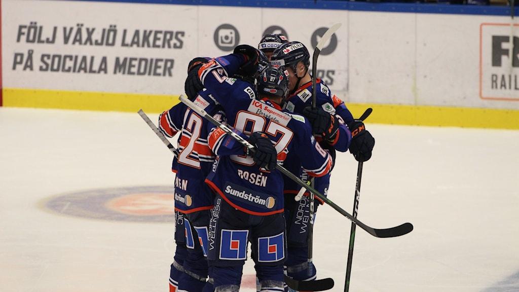 Växjö Lakers spelar ishockey med klubbor i händerna