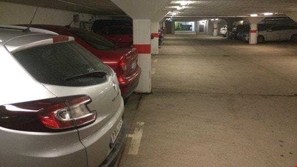 Bilar på en parkering.