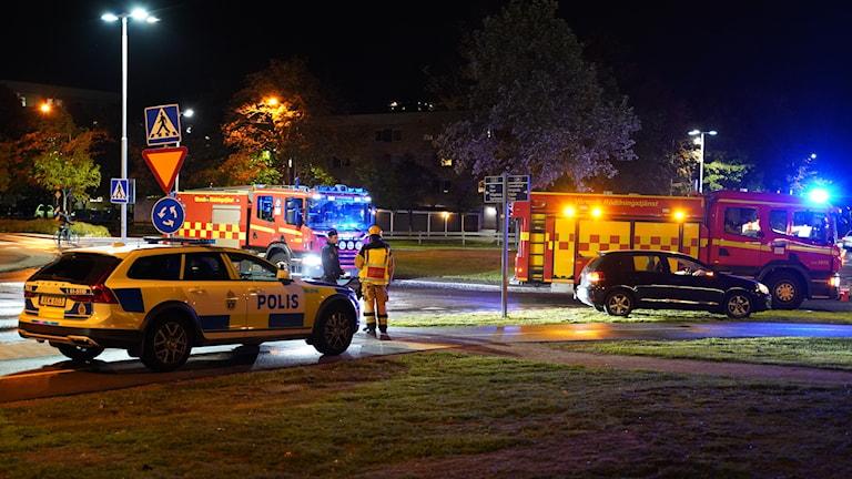Polis och räddningstjänst vid en olycka.