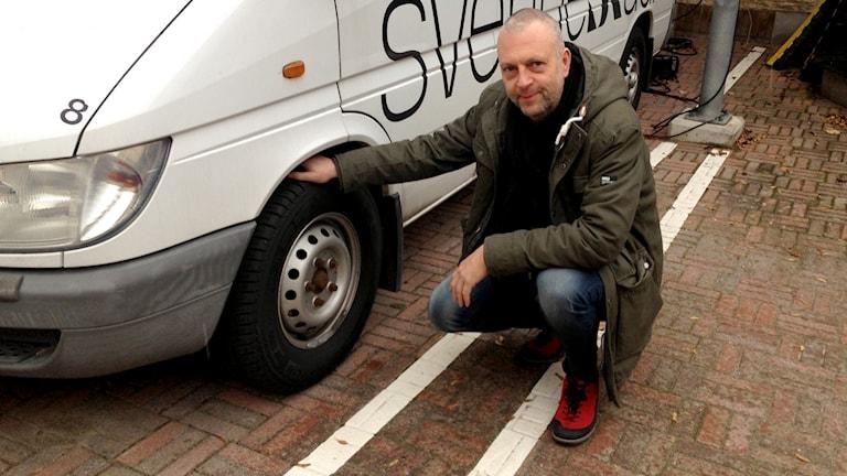 Peter Möllerberg, inspektör på trafikgruppen kollar däck på Sveriges Radios buss.