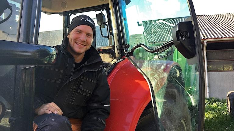 Dennis Andersson, sitter i en röd traktor