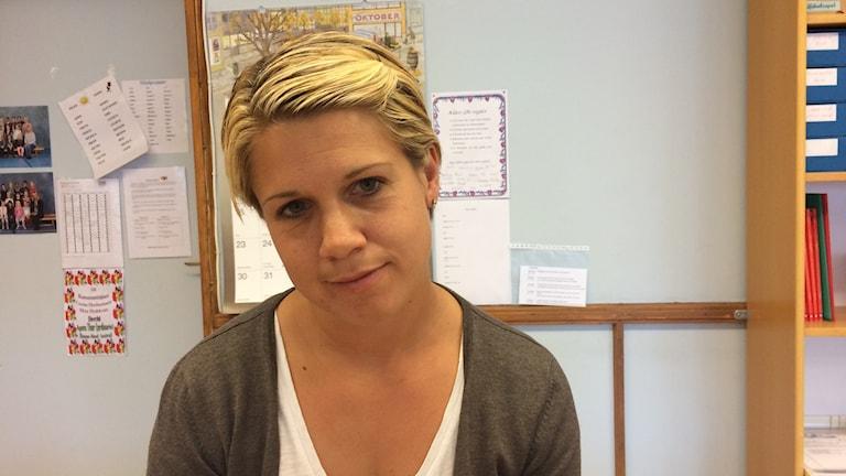 Johanna Gunnarsson i ett klassrum på Östregårdskolan.