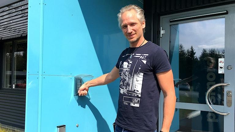 Jens Svensk öppnar dörren med chip i handen som ett passerkort.