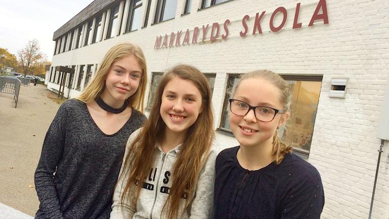 Alice Englund, Hanna Persson och Mathilda Nilsson står tillsammans framför Markaryd skola.
