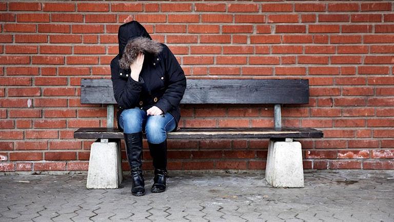 Kvinna på bänk anonym