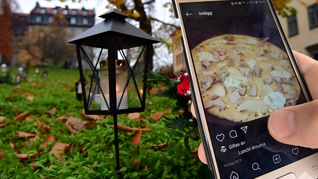 En person besöker en grav. Har en mobiltelefon med en matbild i handen.